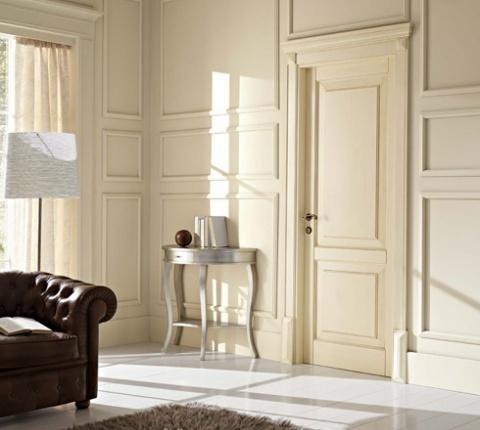 una porta da interno di color avorio classico