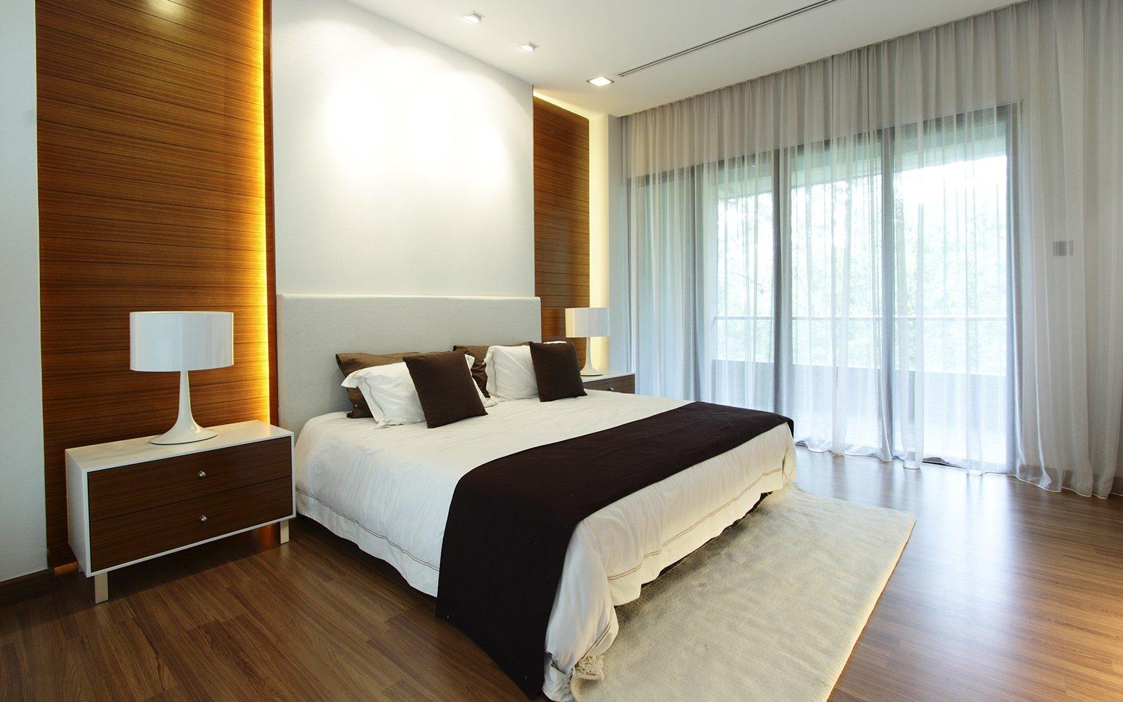 una camera con un letto matrimoniale con due comodini