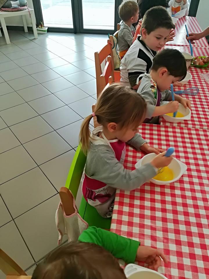 Bambine disegnano le foglie