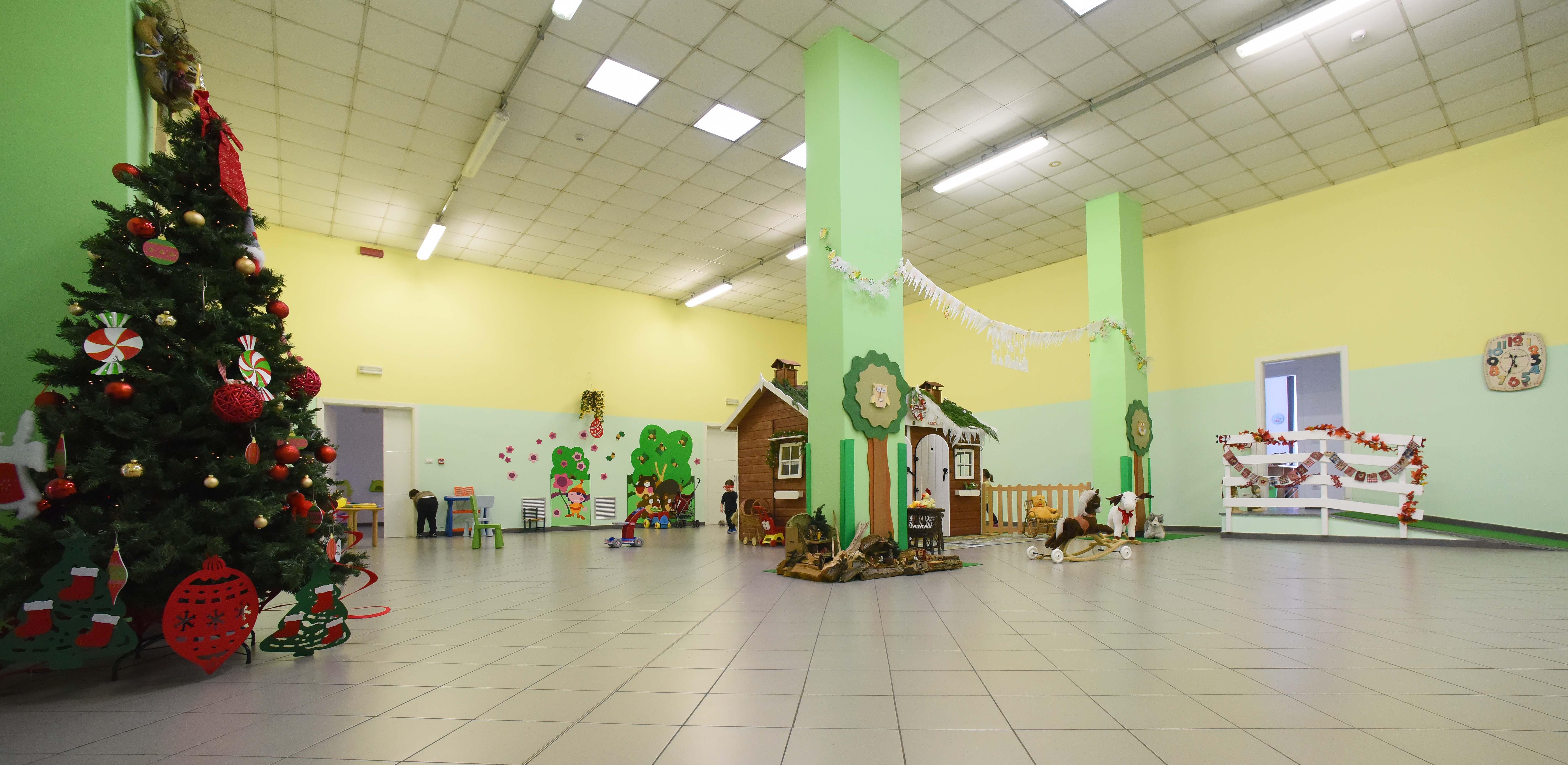 La scuola con albero di Natale