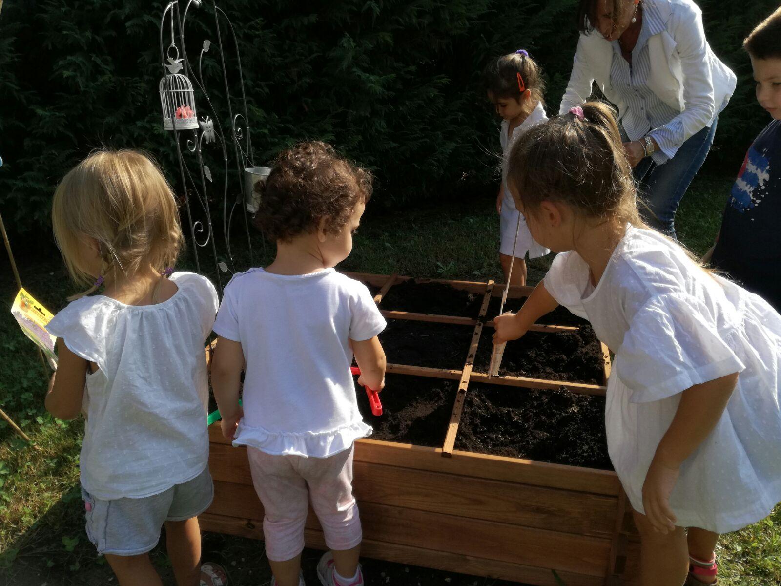 Bambini giocano in giardino