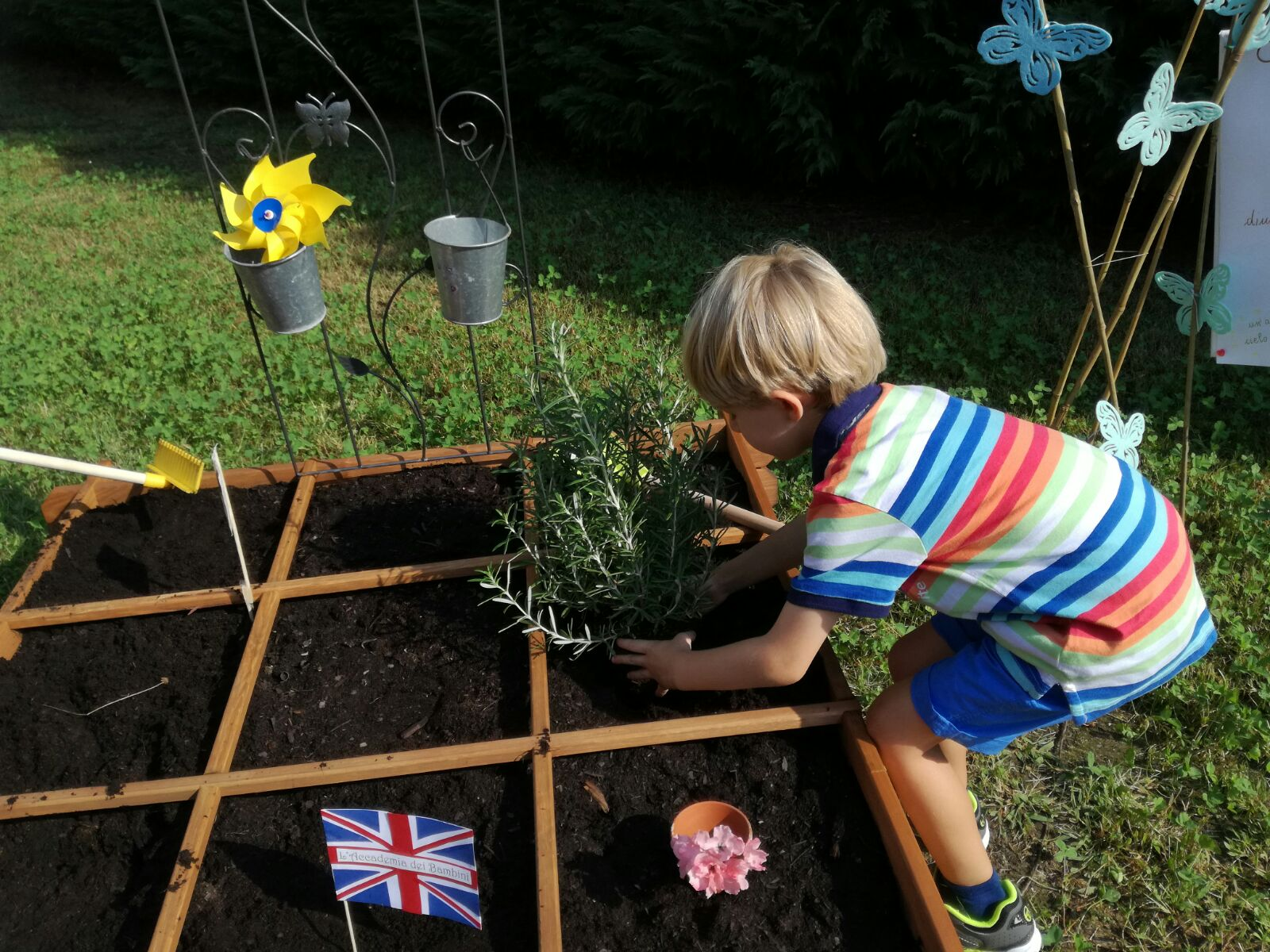 Bambino gioca in giardino piantando un albero