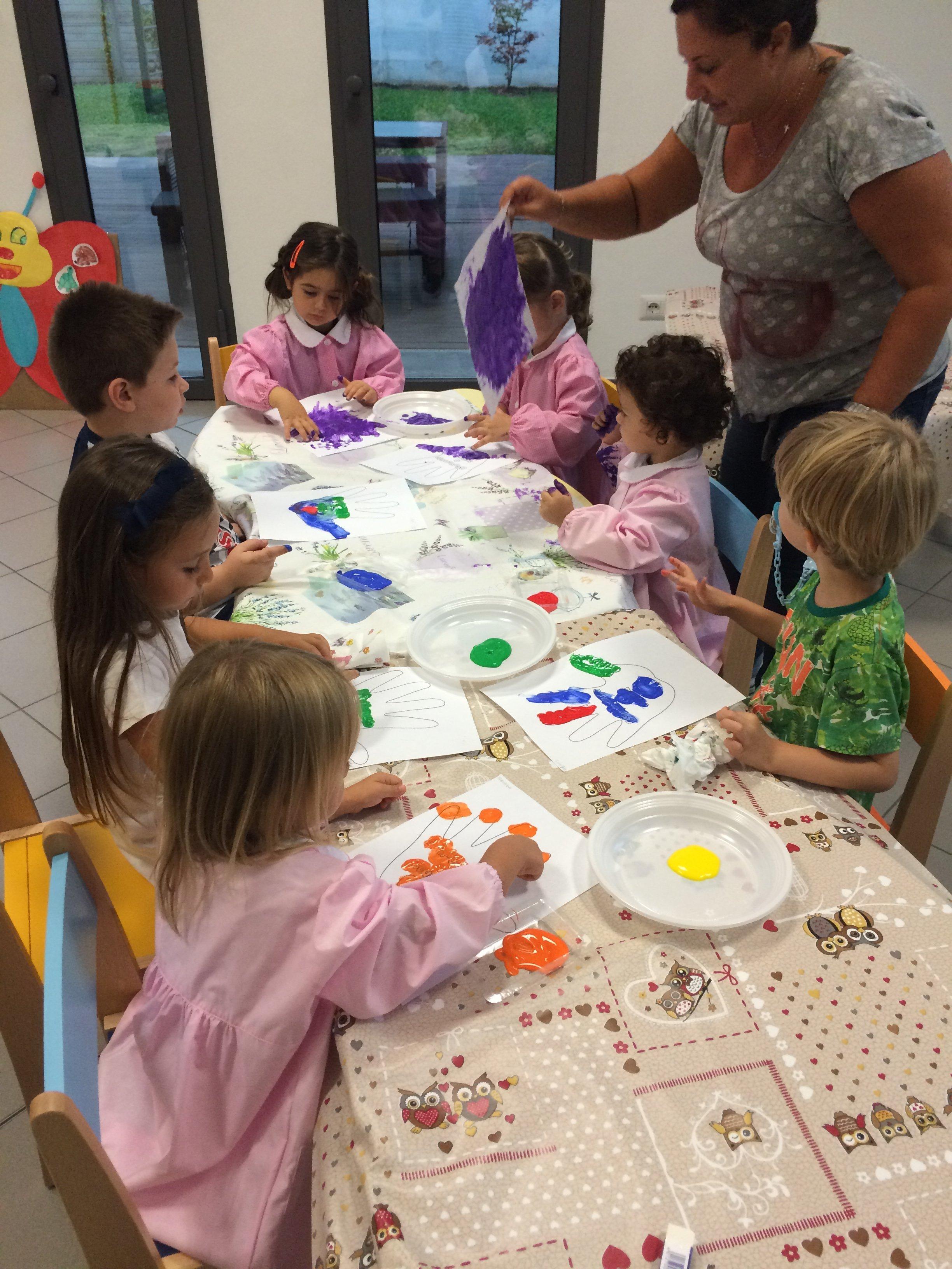 Bambini giocano a colorare