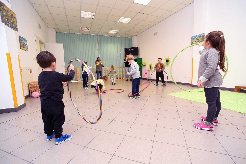 Bambini giocano con attività didattiche
