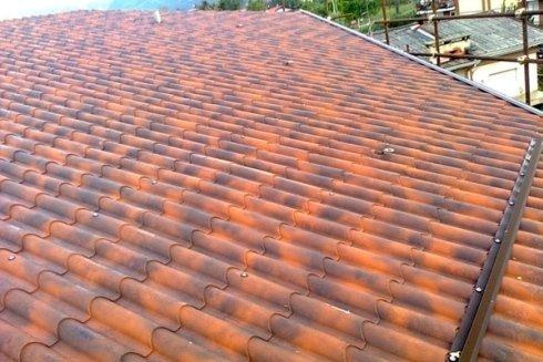 Lavori edili su tetti con tegole