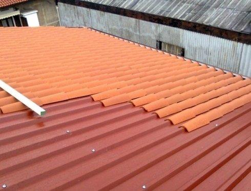 Posa di tetti con tegole