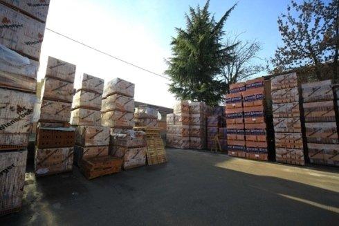 deposito con bancali di mattoni e materiali edili imballati