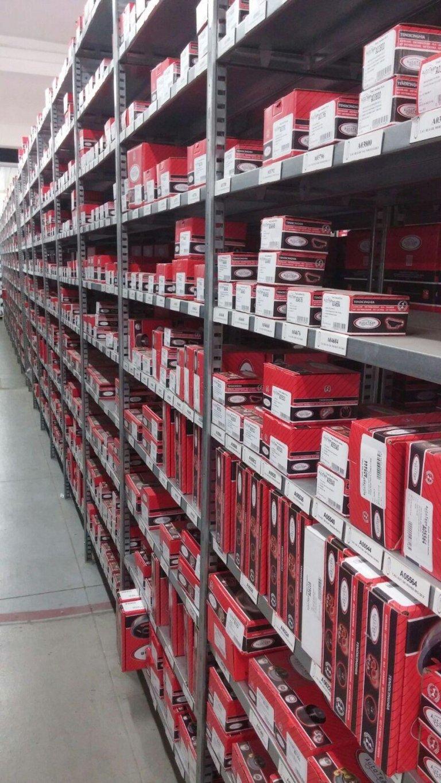 Scaffali piene di casse che sono piene di lampade per automobili