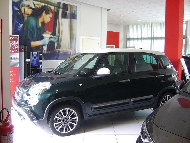 vista laterale auto nera marca FIAT
