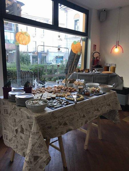 Tavola al Life Coffee Bakery a Gallarate