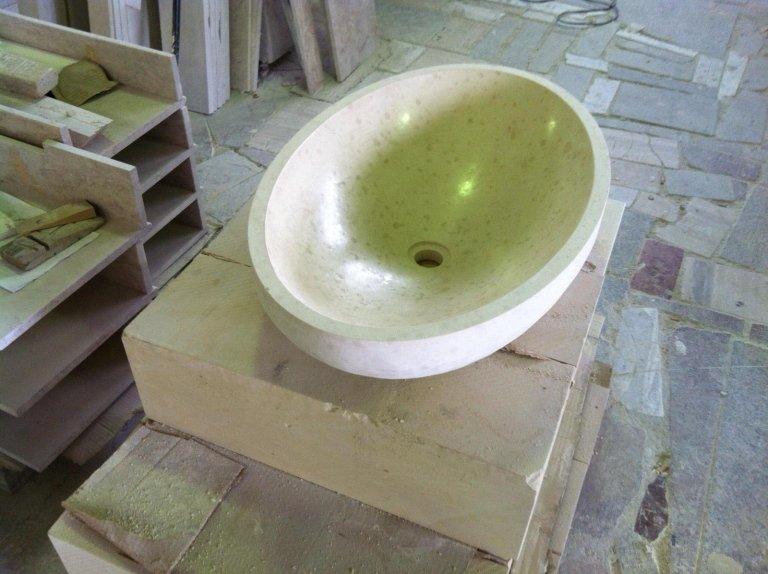 lavabo in un magazzino