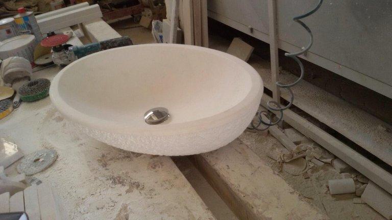 lavabo in marmo in un magazzino bianco