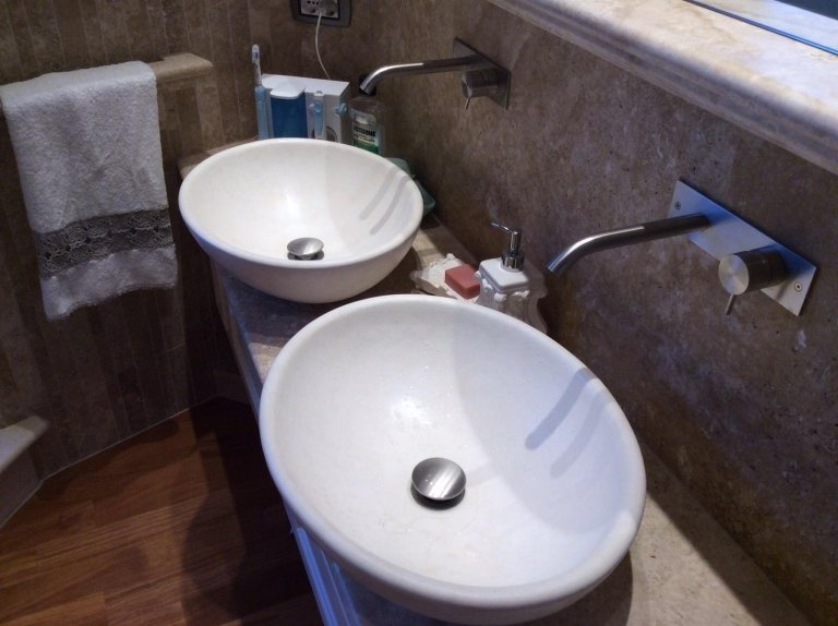 vista di un bagno con lavabi e pavimento in legno