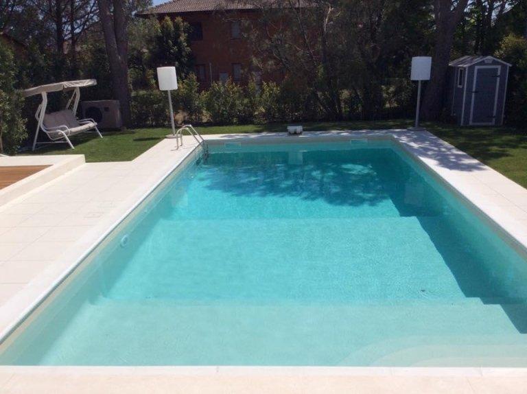 vista frontale di una piscina con giardino