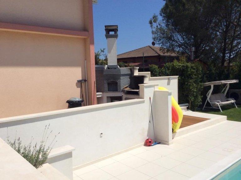 vista esterna di una casa con arredamento in marmo o granito