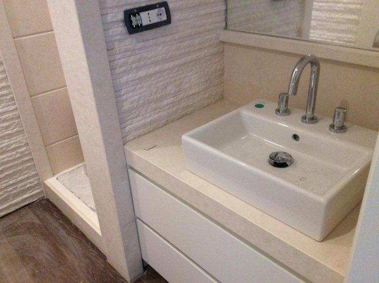 moderno lavabo in marmo bianco con rubinetto in un bagno