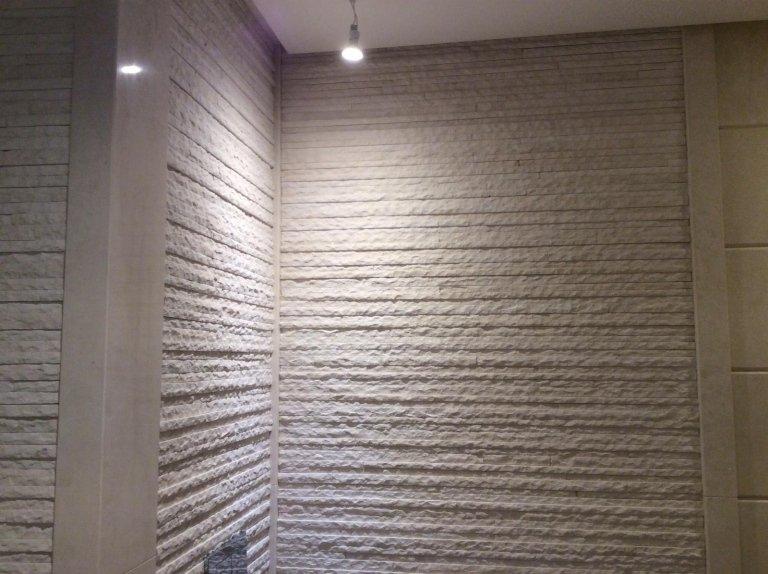parete in marmo con un lampadina