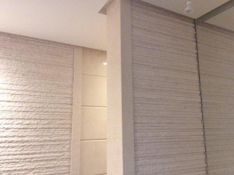 pareti rivestite di marmo grigio