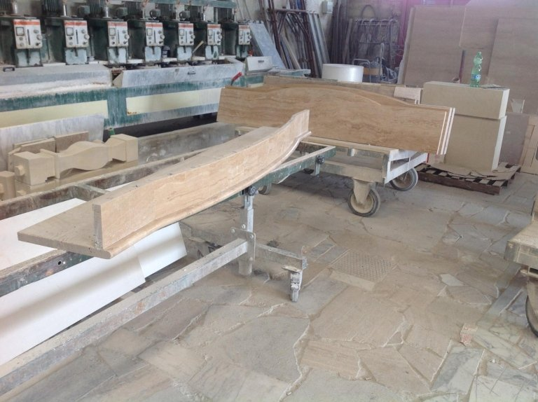 materiale marmo, pietra e legno in un magazzino