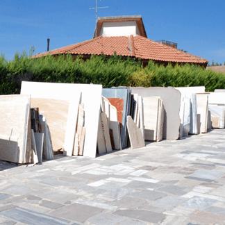 pila di vari granito marmo piastrelle su terra