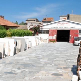 pila di vari granito marmo piastrelle su terra a fabrica di pietra