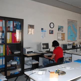 vista interna di un ufficio con una persona