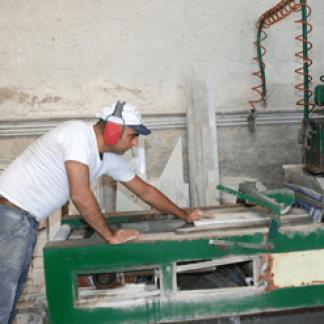 operaio mentre lavora del marmo in una fresa a ponte