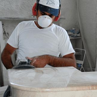 operaio mentre lavora sul marmo con frese