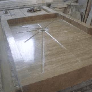 lavabo in marmo in un magazzino