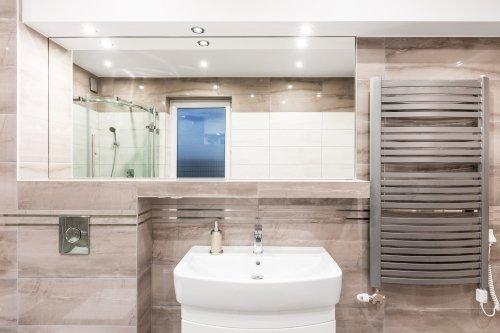 bagno con specchio rettangolare, lavabo, portasciugamano