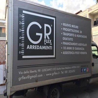 cartello su una trasporto scritto GR FLEX ARREDAMENTI