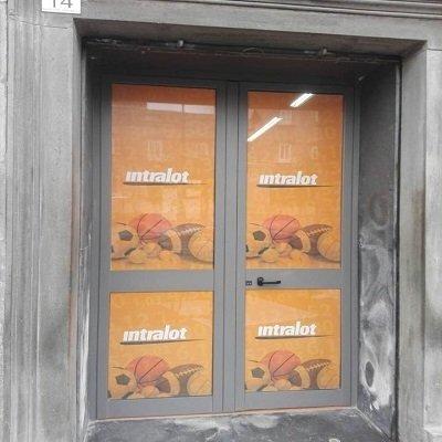 una finestra con stampa