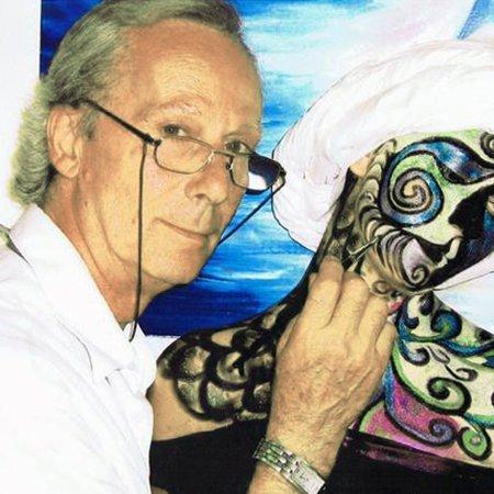 un artista con un pennello mentre dipinge una pittura