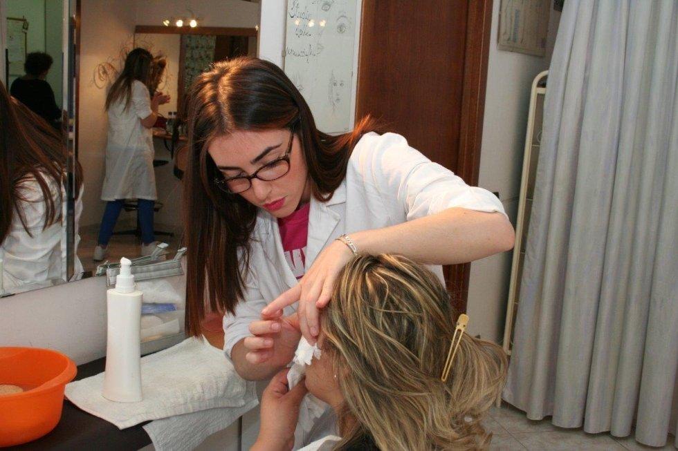 una donna che si sottopone ad un trattamento dall'estetista