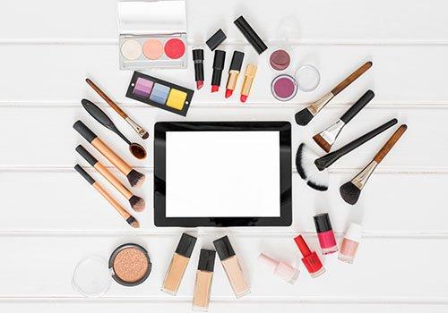 uno specchio,pennelli e cosmetici