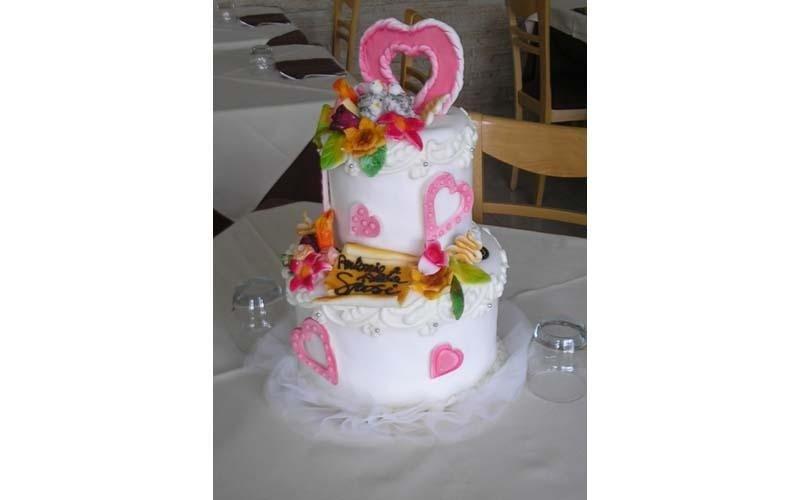 torta matrimoniale con cuori rosa