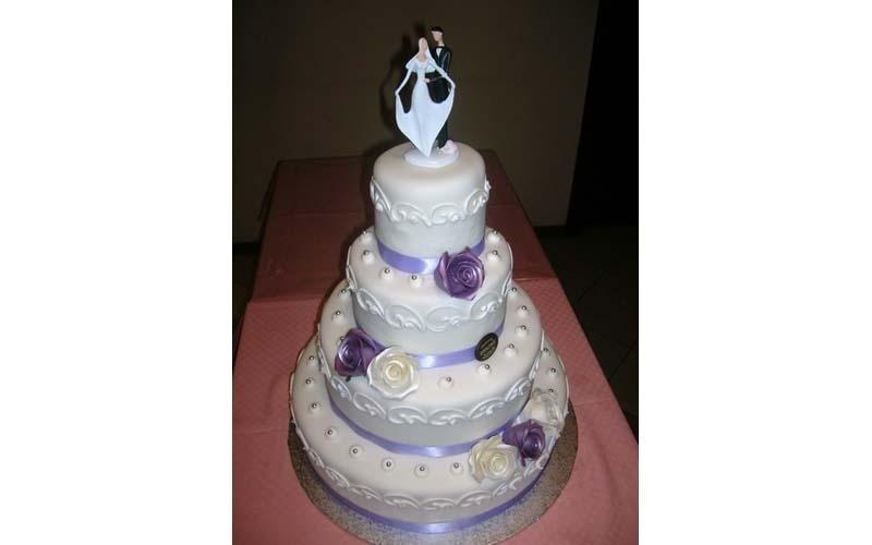 torta matrimoniale con decorazioni