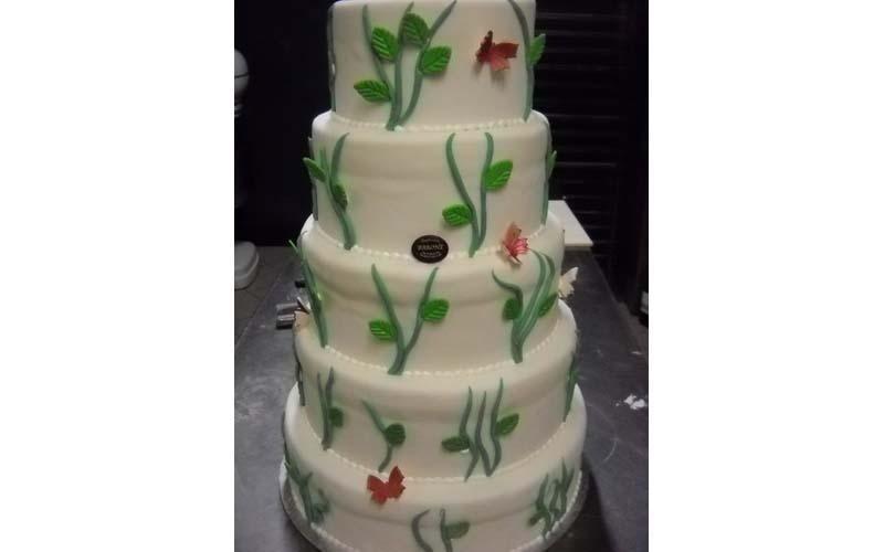 torta matrimonio con foglie e farfalle