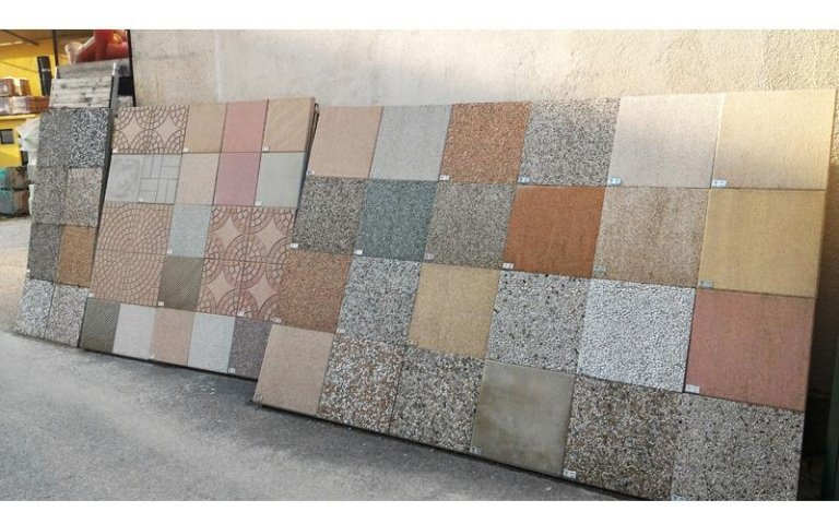 esposizione piastrelle di diversi materiali e pattern