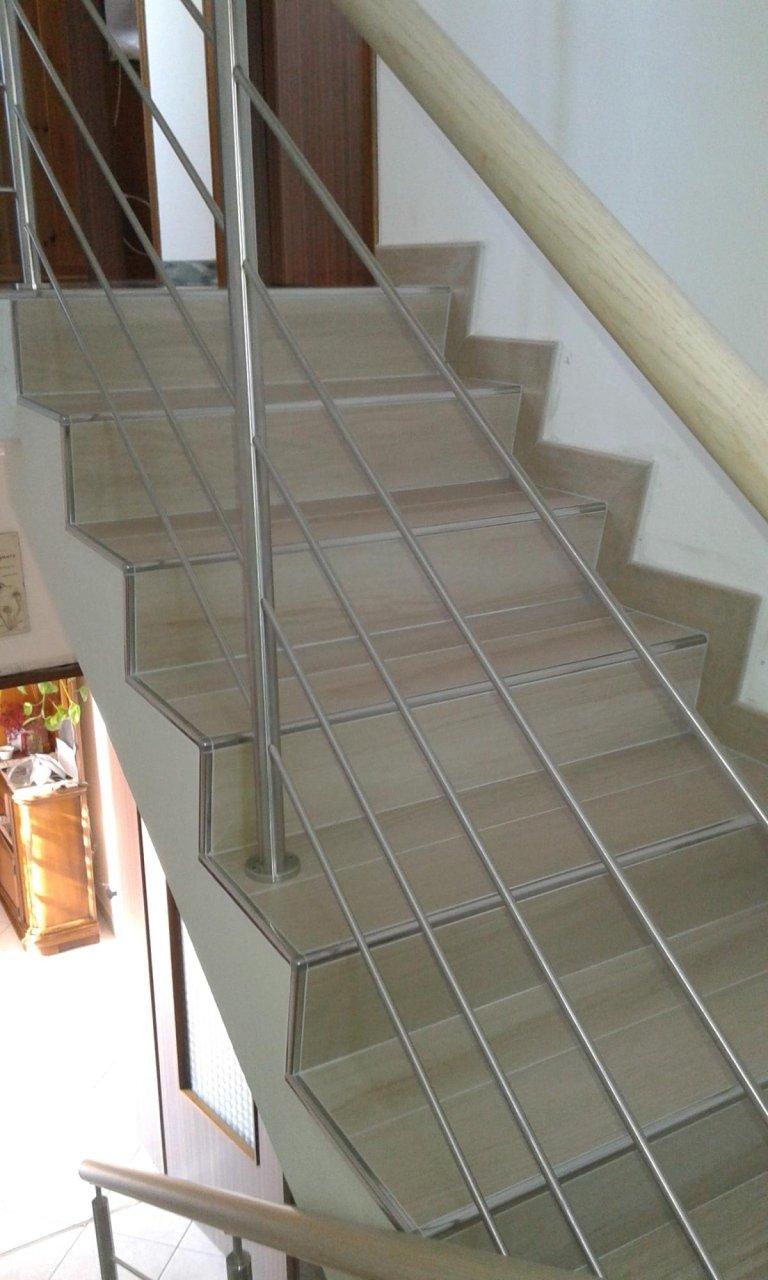 scale bianche con corrimano in metallo
