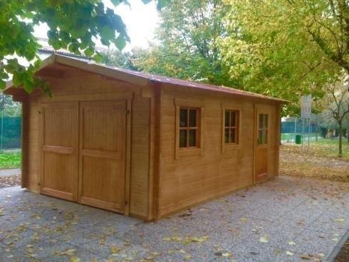casetta in legno con finestre in giardino