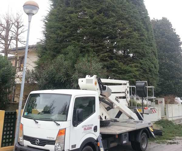 Un camion da lavoro di color bianco parcheggiato davanti una villa