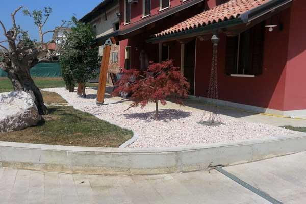 Manutenzione giardini e costruzione auiole a Candiana