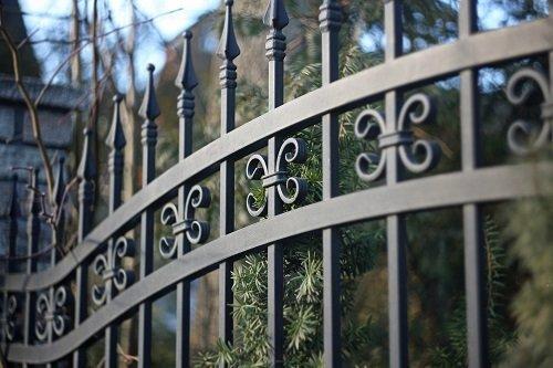 dettaglio di un cancello in ferro battuto
