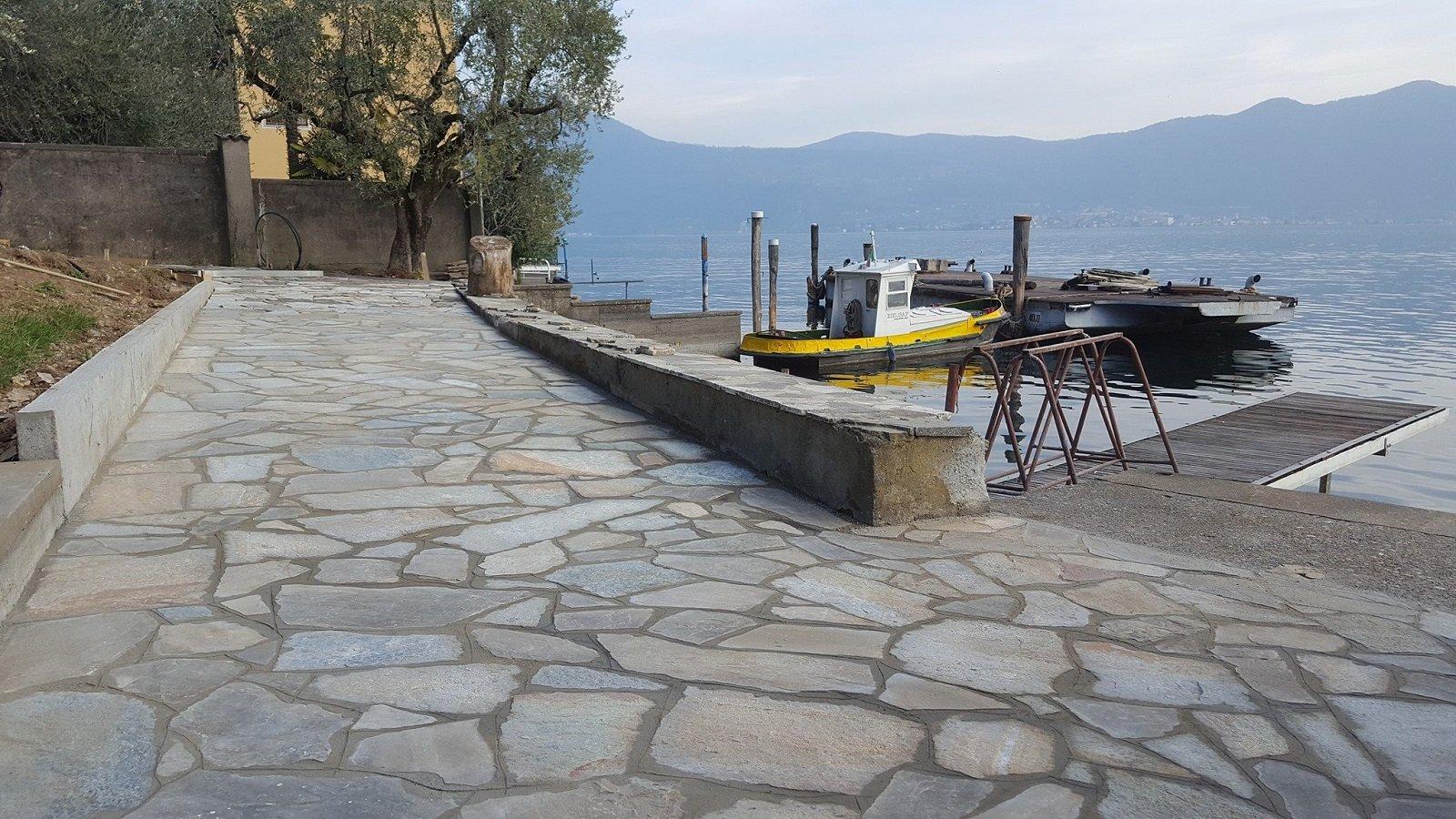 un pavimento in pietra accanto a un molo