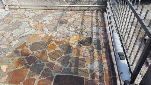 un pavimento da esterno in pietra