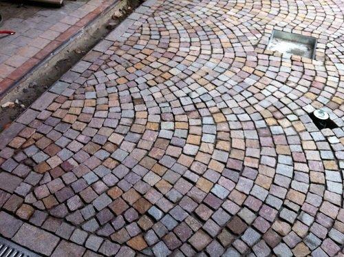 un pavimento in pietre a forma quadrata