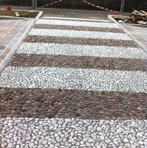 un pavimento in sassi di diversi colori