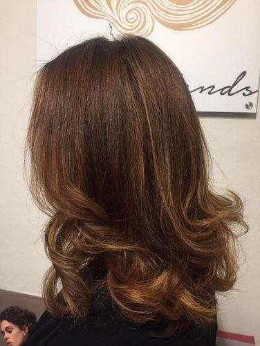 vista laterale capello lungo marrone mosso  con qualche colpo di luce