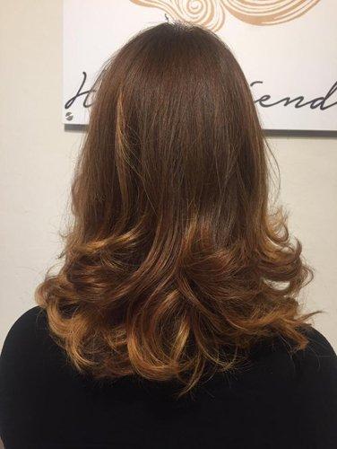 capello lungo marrone mosso  con qualche colpo di luce